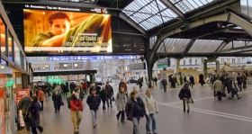 Unge for Menneskerettigheders public service-meddelelser bliver vist på Zürichs hovedbanegård (Schweiz).