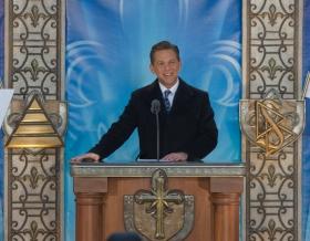 David Miscavige, Bestyrelsesformanden for Religious Technology Center og Scientologi religionens kirkelige leder, stod for indvielsen af den nye Scientologi kirke i Québec/Eglise de Scientologie deQuébec.