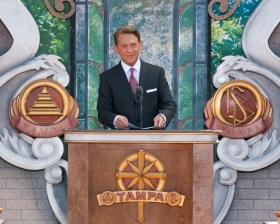 David Miscavige, Bestyrelsesformanden for Religious Technology Center og Scientologi religionens kirkelige leder, indviede den nye Scientologi kirke i anledning af hundredårsdagen for L. Ron Hubbards fødsel.