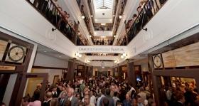 Efter båndet blev klippet fik tusindvis af scientologer og gæster en rundtur i kirkens spektakulære fire-etagers atrium med ovenlys.