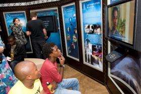 De, der besøger Scientologis livsforbedrings-center, tager individuelle ture i vores multimedia-displays, der illustrerer anskuelser og udøvelser i Scientologi, grundlæggeren L. Ron Hubbards liv og arv samt kirkens globale humanitære og sociale programmer.