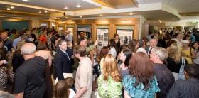Scientologer og gæster bliver vist rundt i den nye kirkes informationscenter med dets multimedia-displays, der illustrerer Scientologis tro og grundlæggeren L.Ron Hubbards liv.