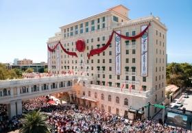 """Dagen var så meget mere historisk, idet Bestyrelsesformanden for Religious Technology Center, David Miscavige, holdt hovedtalen og klippede båndet, og dermed markerede han en ny æra for """"Clearwaters perle""""."""