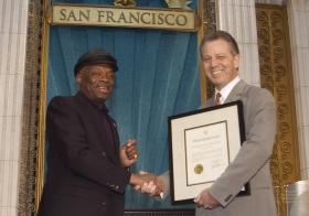 """Ved denne lejlighed overrakte San Franciscos borgmester, Willie Brown, kirken en erklæring, der roste den: """"For sin indsats for at gøre byens 'Bay Area' til et bedre sted for mennesker af alle racer, hudfarver, trosretninger og samfundslag."""""""